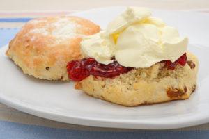 Scone mit Marmelade und Clotted Cream